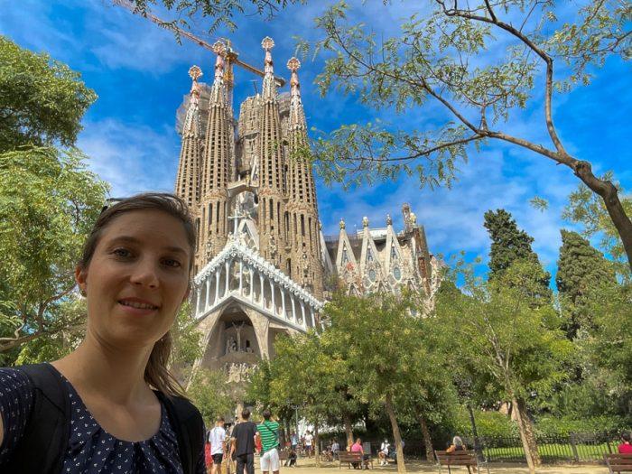 ženska pred cerkvijo Sagrada Familia