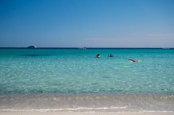 Turkizno morje. Plaža Lo Impostu - Top plaže Sardinije