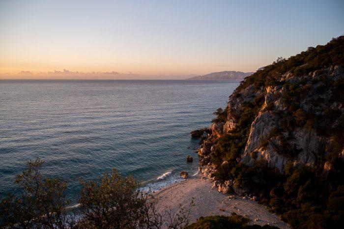 Top plaže Sardinije: Cala Fuili v jutranjem soncu