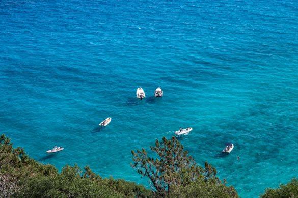 beli čolni na turkizno modrem morju, pogled od zgoraj, s poti do plaže Cala Luna