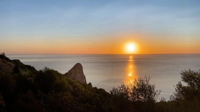 Piedra Longa v jutranjem soncu. Sončni vzhod iz morja, Sardinija