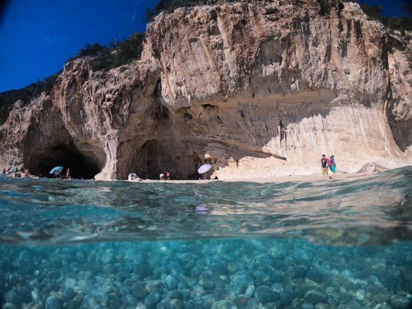 plaža Cala Luna - pogled iz morja na turkizno vodo in bele pečine