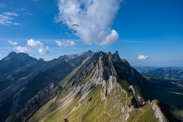 Švicarske alpe. Jadralno padalo nad Altenalp Turm, Ebenalp dolino