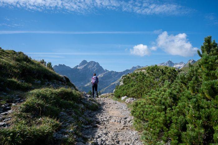 ženska pohodnica, ženska hodi po gorski potki v švicarskih alpah