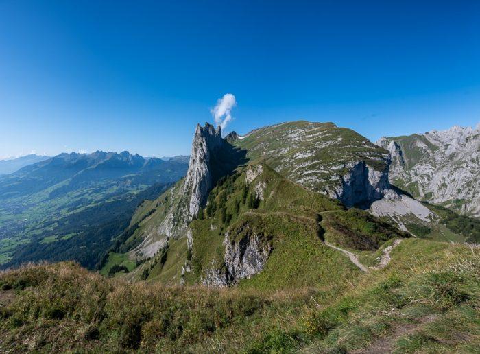Saxer Lücke gora, kjer se vidijo plasti kamnin in so v vertikalni postavitvi