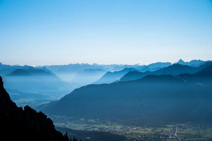 Alpe v modrikastih silhuetah