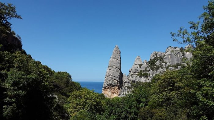 stolp Aguglia di Goloritze, kamniti stolp na plaži Cala Goloritze
