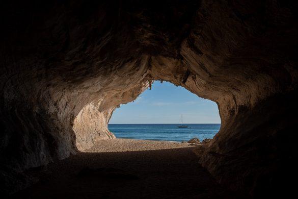 jama, v ozadju plaža in morje. Cala Luna, Sardinija