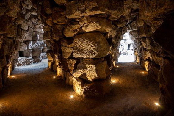 osvetljeni tuneli v ruševinah nuraghe Santu Antine