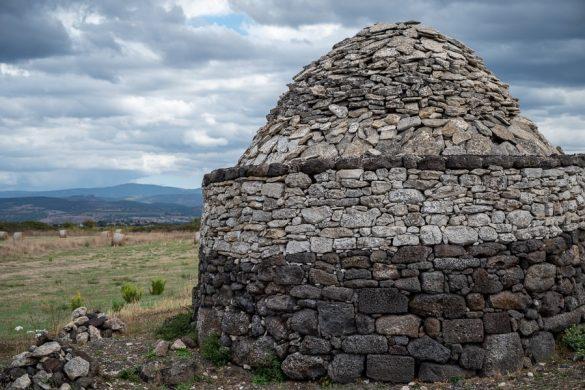 ruševine Nuraghe Santu antine - kamniti objekt s kupolasto streho
