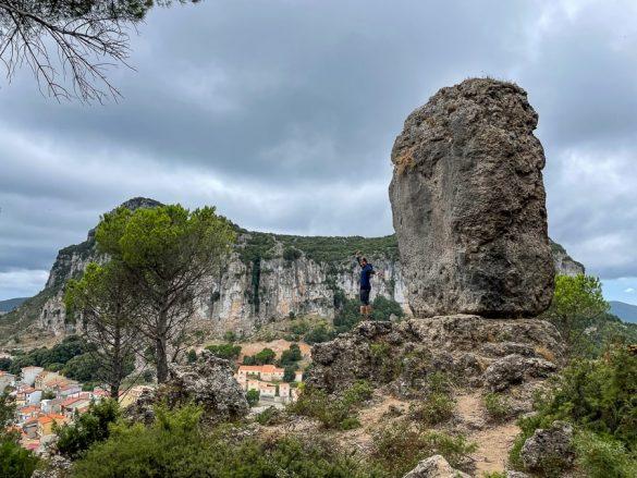 ženska ob skali nad vasjo Ulassai