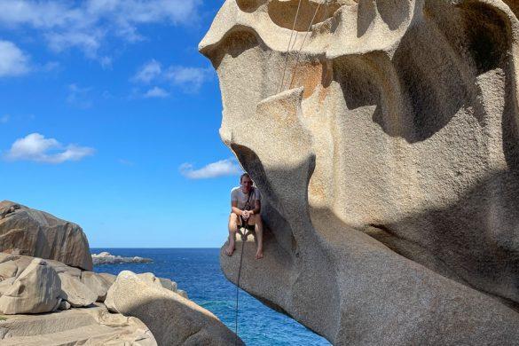 plezalec v skali Capo Testa, plezanje na Sardiniji
